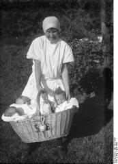 Berlin, Säuglingsschwester mit Babys